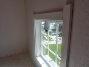 Okno s květináčem